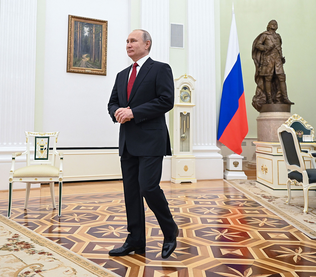 Vladimir Putin on his way to greet the Chancellor of Germany Angela Merkel in Moscow, 2020, men in heels