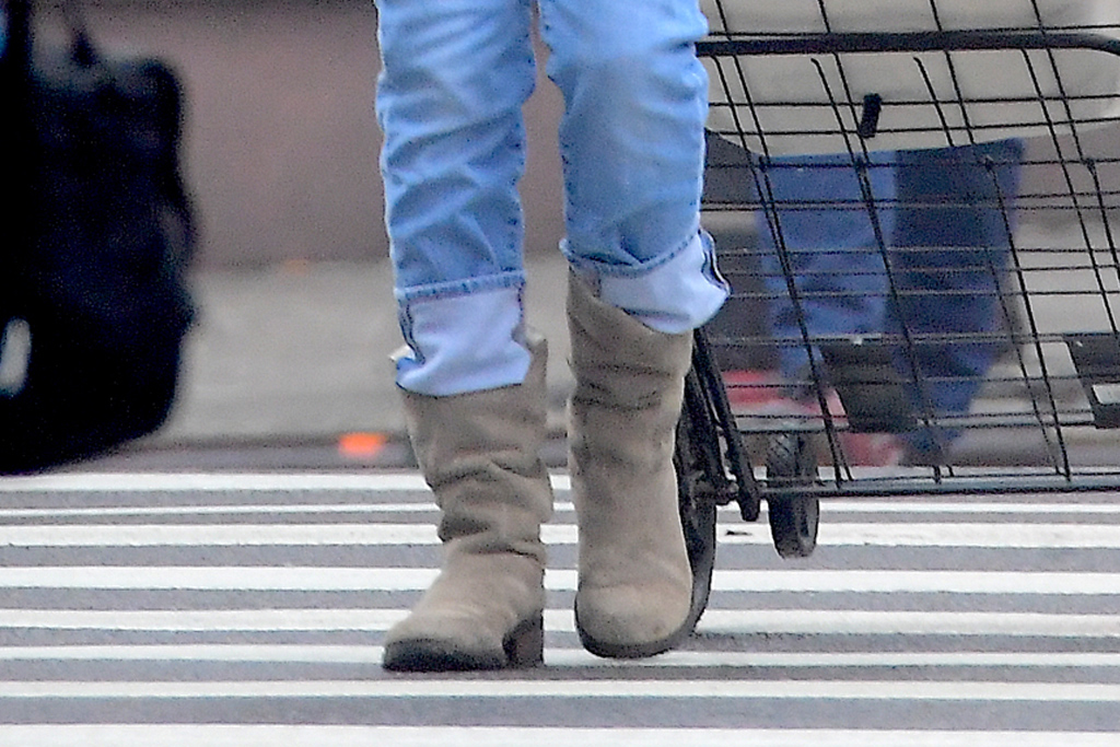 sjp, sarah jessica parker, new york, grocery, boots, jeans, hat, headphones, incognito