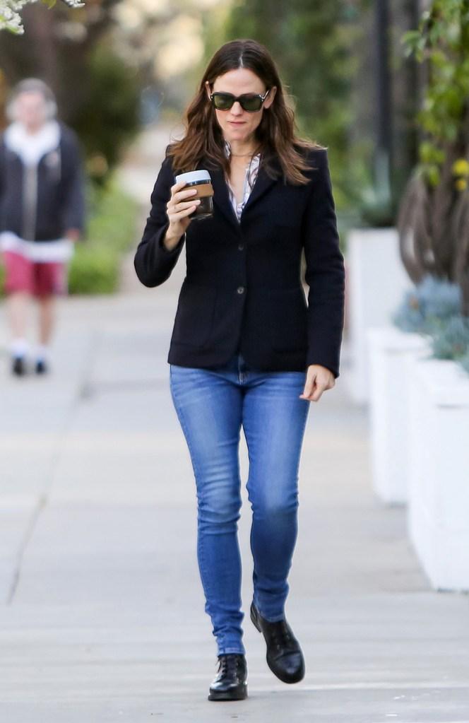 Jennifer Garner, black boots, blazer, street style, skinny jeans, sunglasses, Jennifer Garner out and about, Los Angeles, USA - 05 Feb 2020