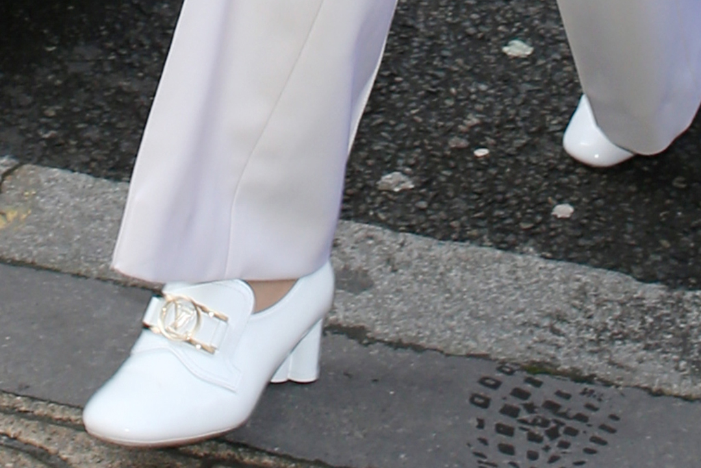 gigi hadid, paris fashion week, pfw, white, all white, monochrome, white shoes, pants, coat