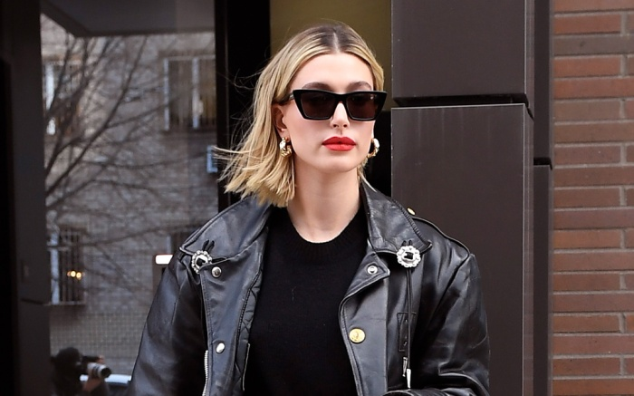 hailey baldwin, mom jeans, jeans, black boots, black leather jacket