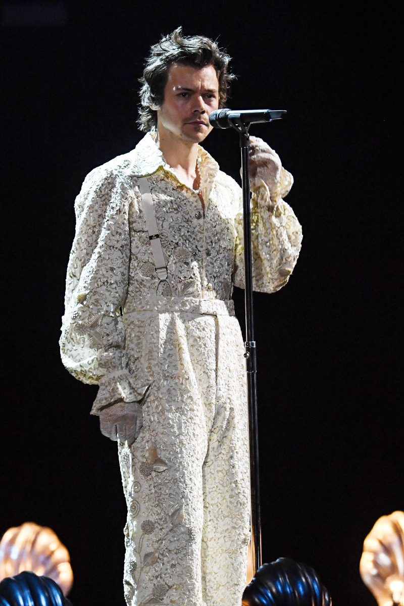harry styles, brit awards, 2020, gucci, mary jane, glitter, stage