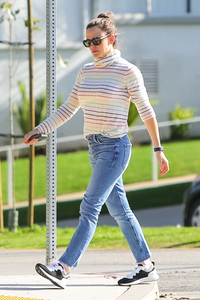 Jennifer Garner , celebrity style, los angeles, street style, chanel sneakers, los angeles, mom jeans, street style