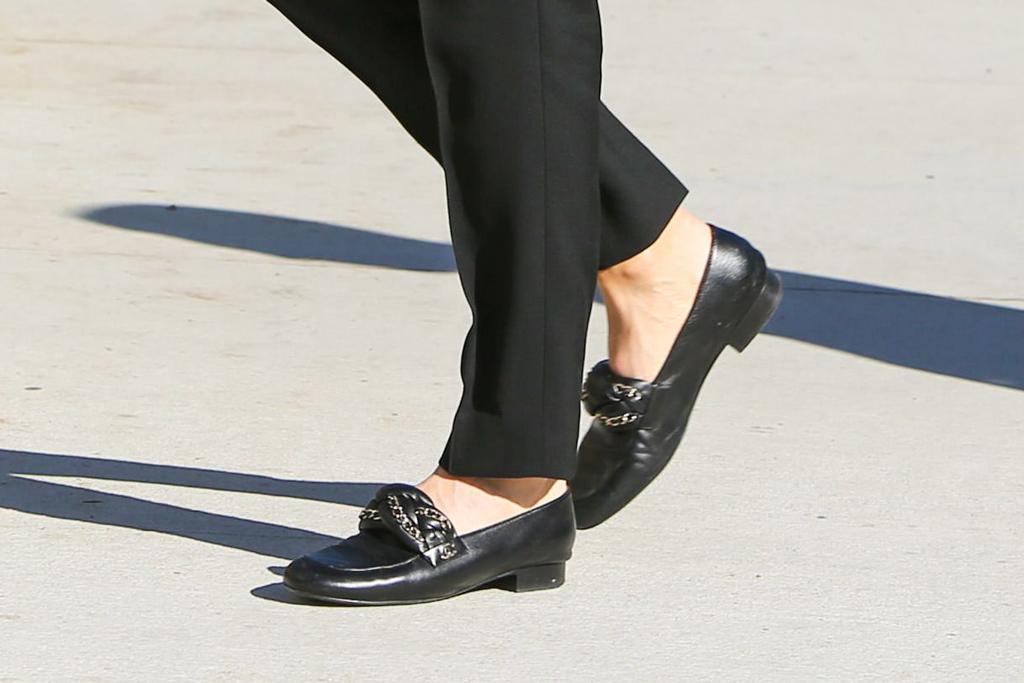 jen garner, jennifer garner, black loafers, flats, shoe detail, chanel shoes
