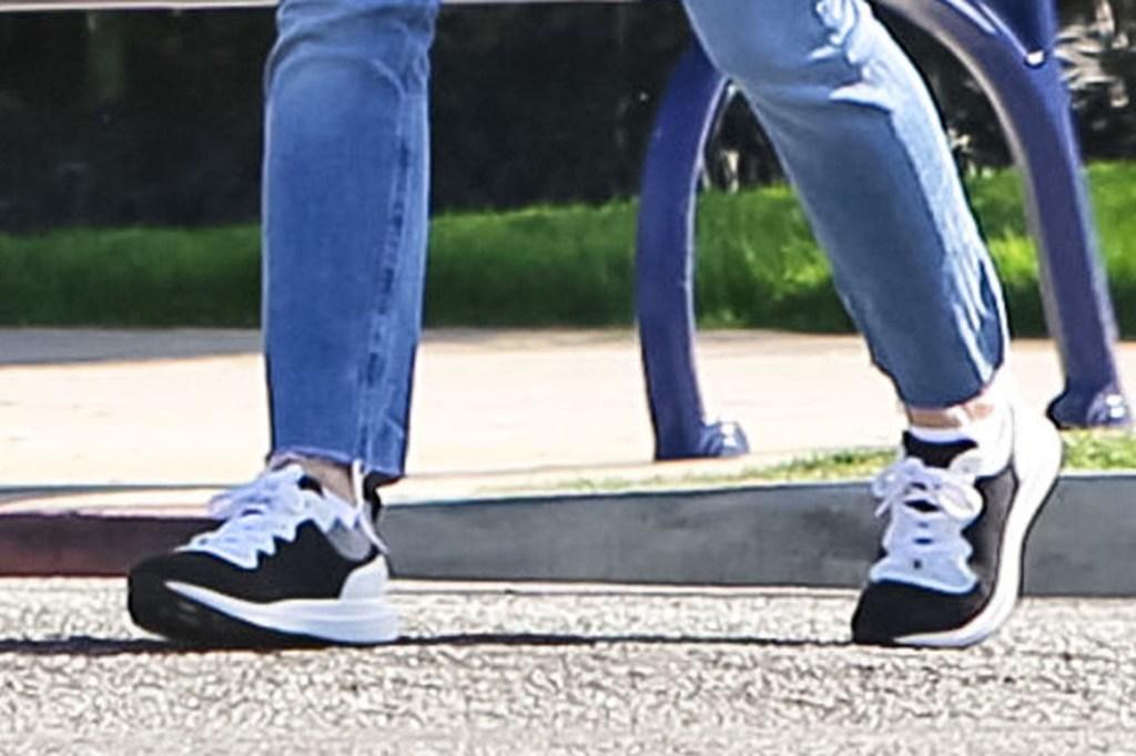Jennifer Garner, mom jeans, chanel sneakers, celebrity style, mom jeans, los angeles, february 2020