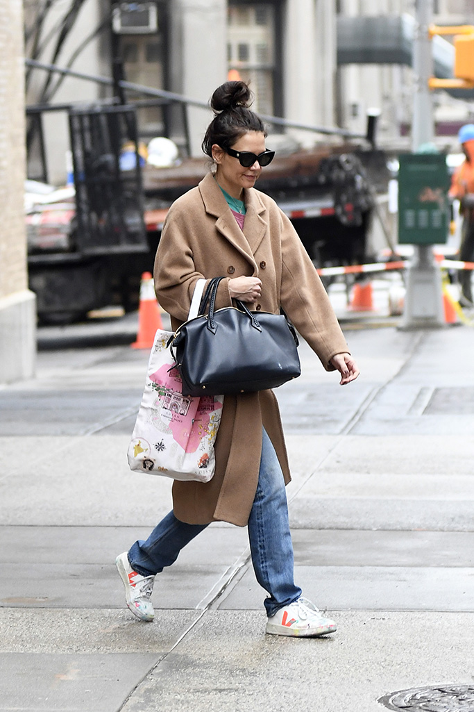 Katie Holmes Vejas Sneaker Outfit