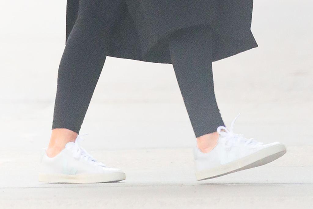 katie holmes, new york, nyc, black coat, black leggings, bun, white sneakers, common projects