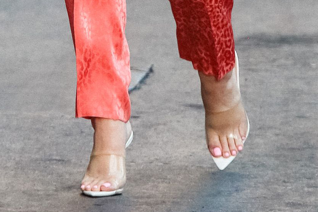Katy Perry, femme shoes, mules, pointed toe sandals, clear shoes, pedicure, toes, shoe detail, jimmy kimmel live