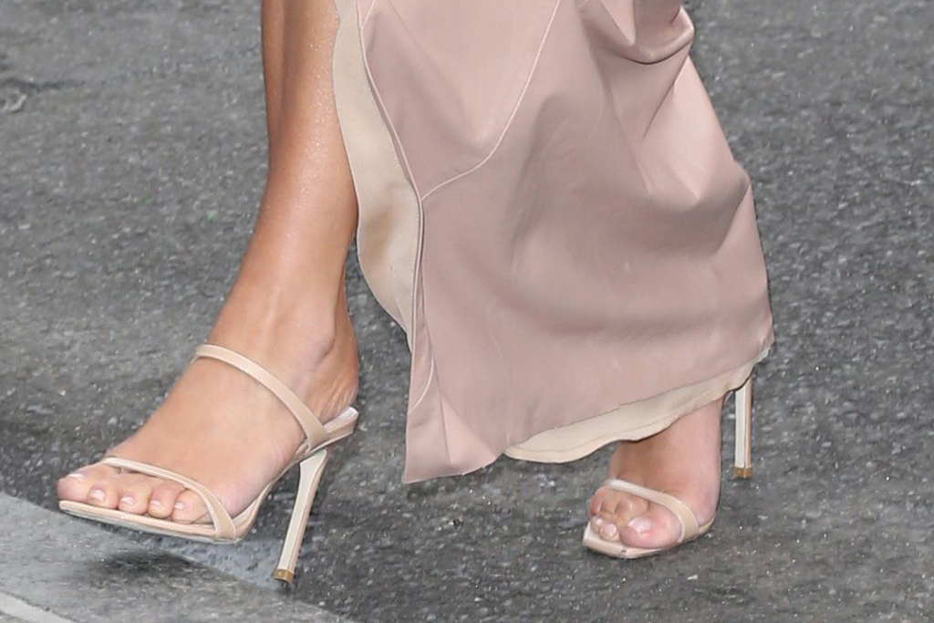 kim kardashian, stuart weitzman shoes, sandals, shoe style, pedicure, february 2020