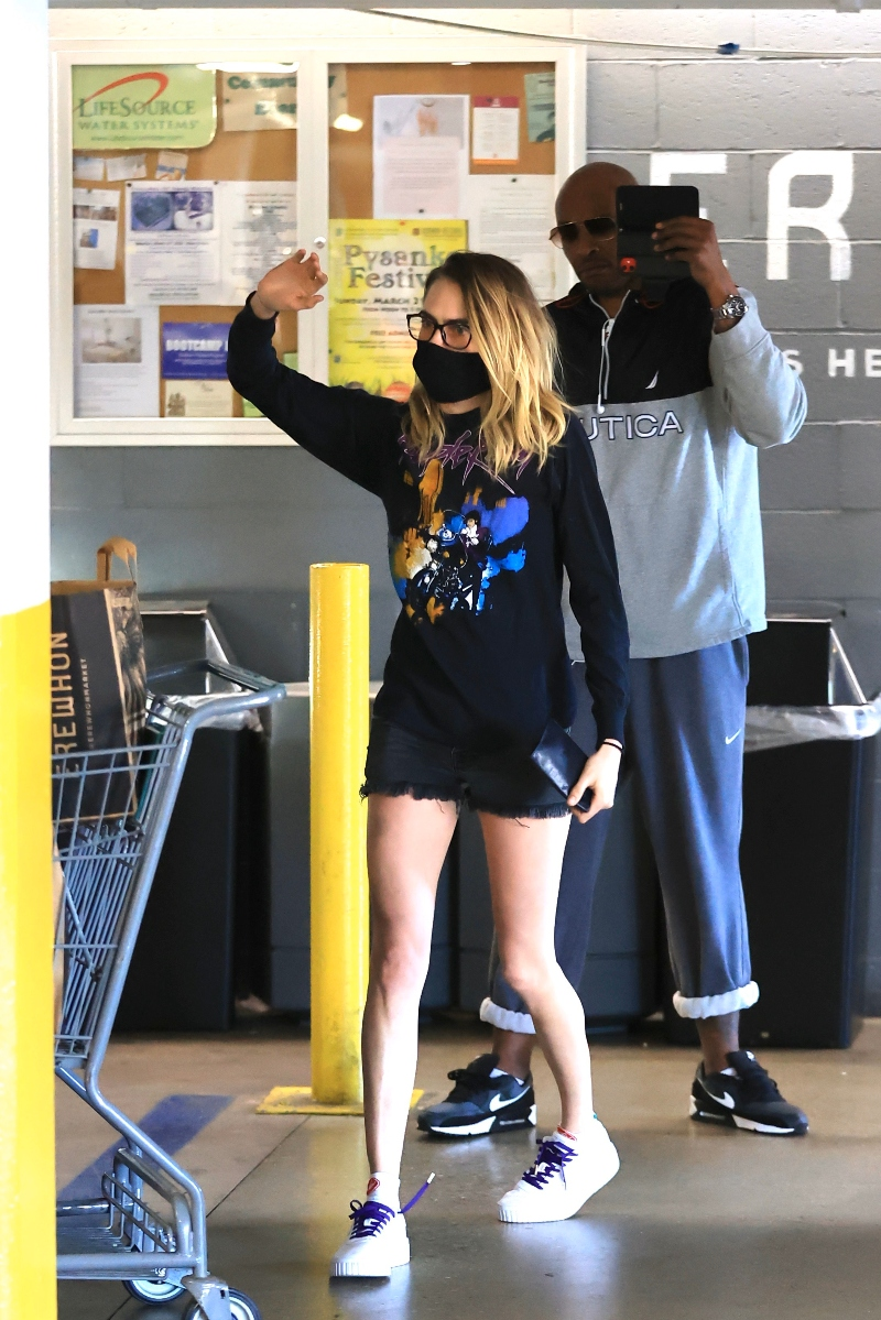 cara delevingne, ashley benson, grocery store, shop, sneakekers, mask, puma, purple