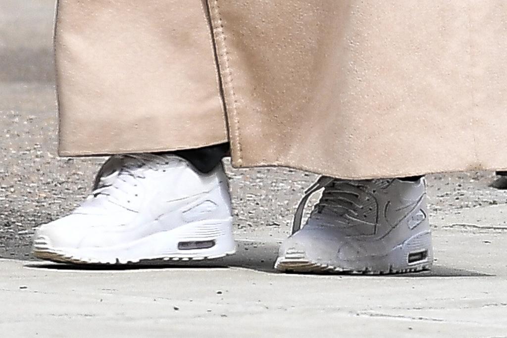 Emily Ratajkowski, emrata, white sneakers, nike air max 90, celebrity style, street style, shoe detail, march 2020