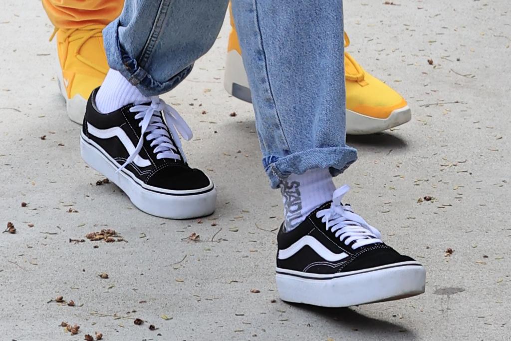 Hailey Baldwin, vans old skool, sneaker style, street style, celebrity style, los angeles
