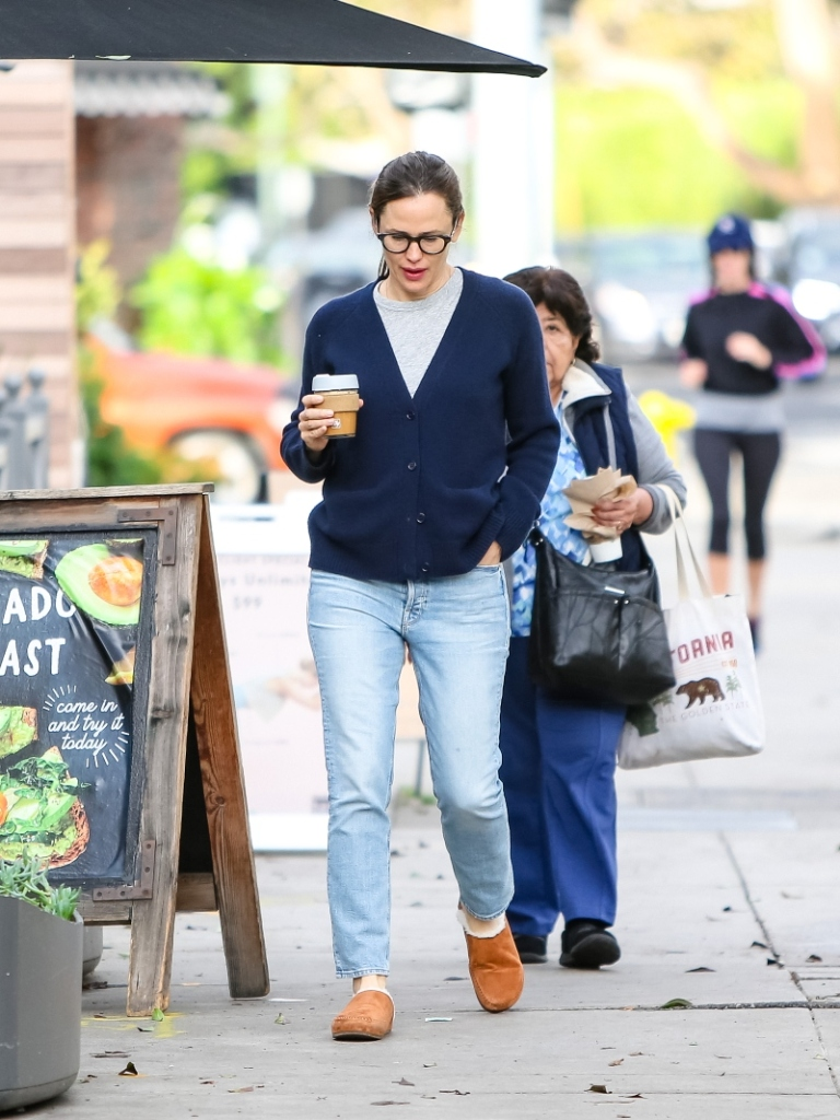 jennifer garner, out, slippers, los angeles, coffee, fuzzy slippers, sweater, jeans