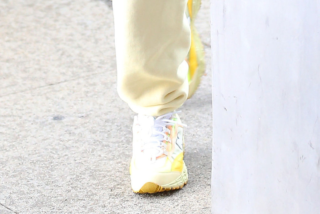 justin bieber, yellow, yellow pants, sneakers, blue hat, new balance, new balance paper boy