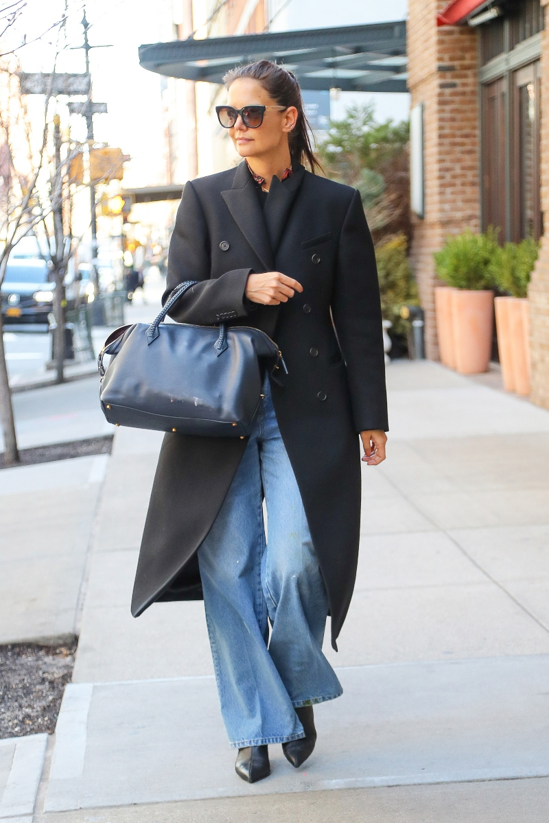katie holmes, black coat, jeans, black boots, baggy jeans, new york