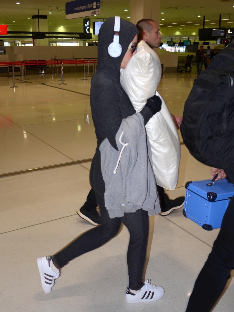katy perry, adidas, sneakers, airport, australia, pillow, sunglasses, black leggings,
