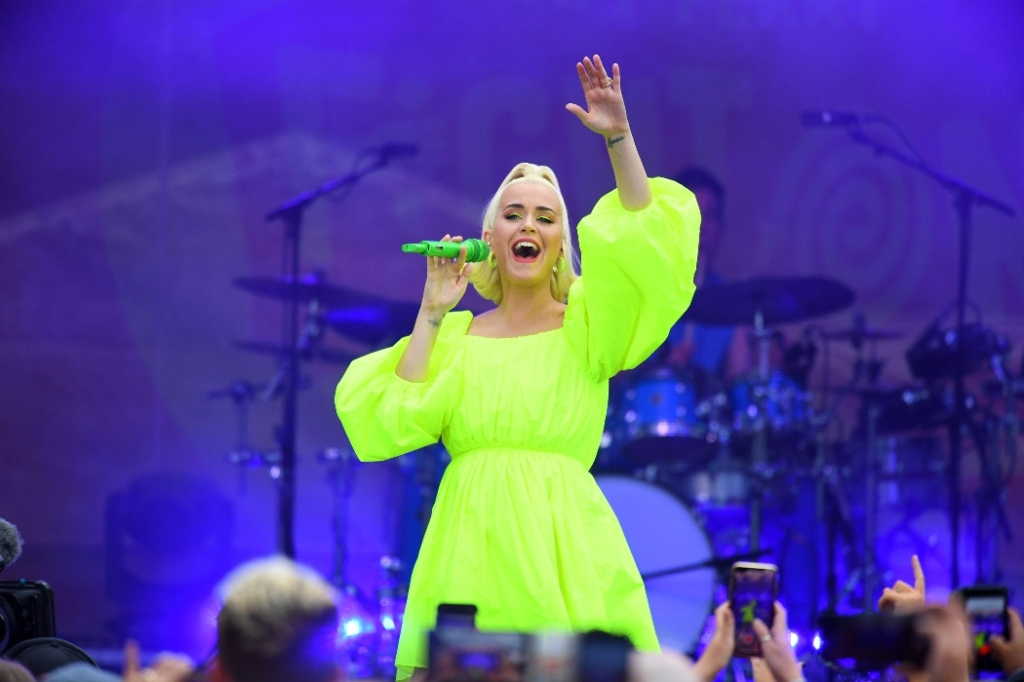 katy perry, neon yellow, australia, concert, blue sneakers, pregnant
