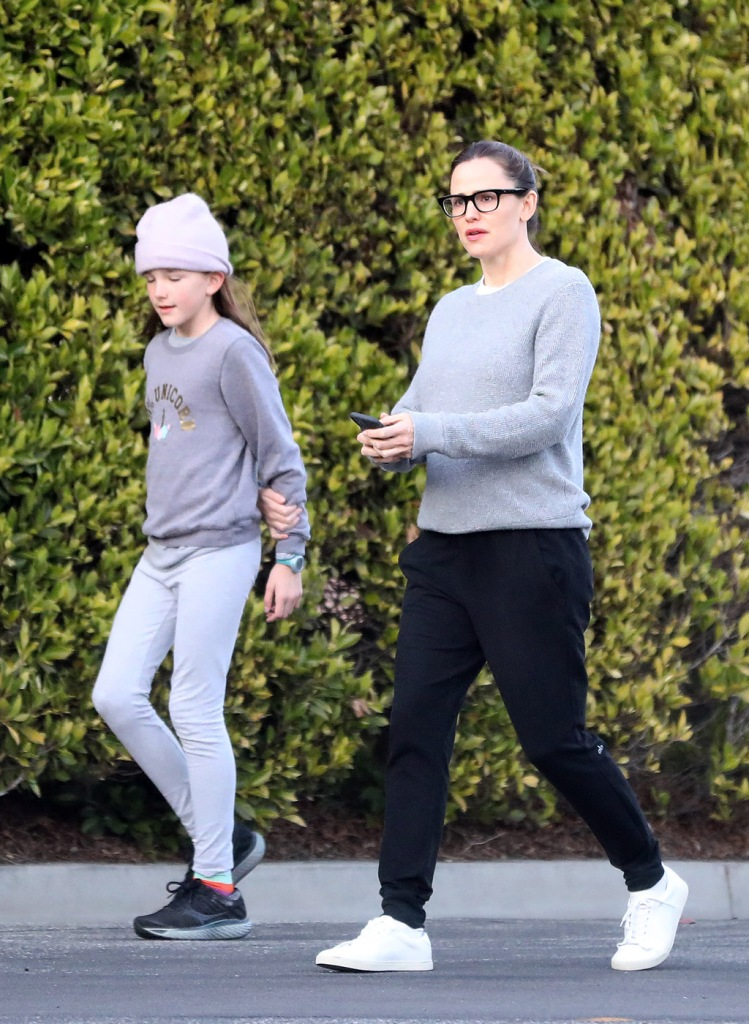 Jennifer Garner, alo yoga joggers, gray sweater, white sneakers, glasses, celebrity style, street style,  is seen while out for a walk along side daughter Seraphina while on social distancing.Pictured: Jennifer Garner Seraphina AffleckRef: SPL5159435 270320 NON-EXCLUSIVEPicture by: SplashNews.comSplash News and PicturesLos Angeles: 310-821-2666New York: 212-619-2666London: +44 (0)20 7644 7656Berlin: +49 175 3764 166photodesk@splashnews.comWorld Rights, No Brazil Rights