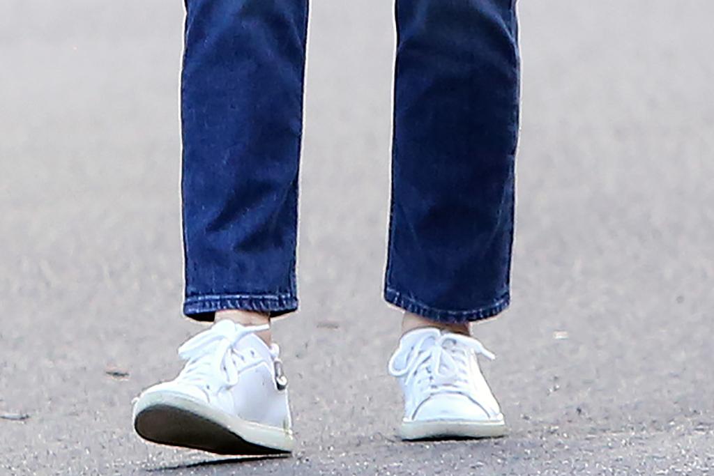 Jennifer Garner, white sneakers, mom jeans, celebrity style, fashion
