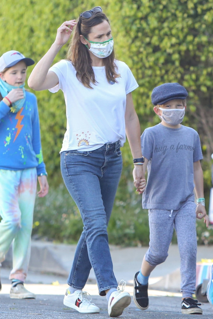Jennifer Garner, mom jeans, white t-shirt, gucci ace sneakers, celebrity style, fashion, los angeles, street style, april 2020