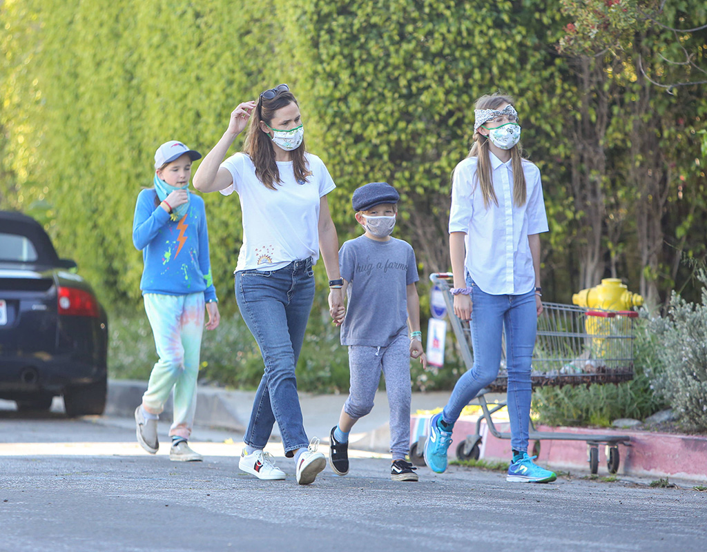 Seraphina Affleck, Jennifer Garner, Sam Affleck, Violet Affleck, celebrity style, celebrity kids, Jennifer Garner is seen walking with the kids in Los Angeles, California, on Easter Sunday.Pictured: Jennifer GarnerRef: SPL5161878 120420 NON-EXCLUSIVEPicture by: Bauer-Griffin / SplashNews.comSplash News and PicturesUSA: +1 310-525-5808London: +44 (0)20 8126 1009Berlin: +49 175 3764 166photodesk@splashnews.comWorld Rights
