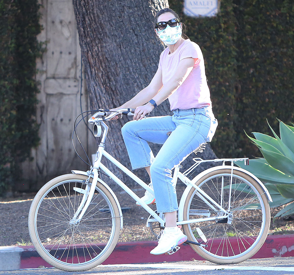 Jennifer Garner, bike ride, mom jeans, pink t shirt, nike joyride sneakers, celebrity style, mask, sunglasses, Jennifer Garner out and about, Pacific Palisades, Los Angeles, USA - 15 Apr 2020Jennifer GarnerJennifer Garner out and about, Pacific Palisades, Los Angeles, USA - 15 Apr 2020