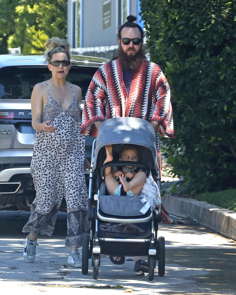 Kate Hudson, Rani Rose Hudson Fujikawa, daughter, baby, boyfriend, danny fujikawa, and her husband head out on a walk with their kids and Kate's mother Goldie Hawn. 11 Apr 2020 Pictured: Kate Hudson. Photo credit: P&P / MEGA TheMegaAgency.com +1 888 505 6342 (Mega Agency TagID: MEGA645489_005.jpg) [Photo via Mega Agency]