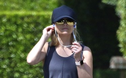 reese witherspoon, all black, black sneakers,