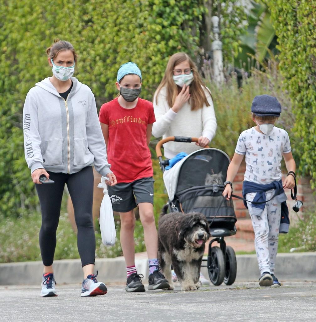 Jennifer Garner, Seraphina Affleck Affleck, Samuel Affleck, and Violet Affleck wear their masks as they go for a walk during quarantineJennifer Garner out and about, Los Angeles, USA - 29 Apr 2020