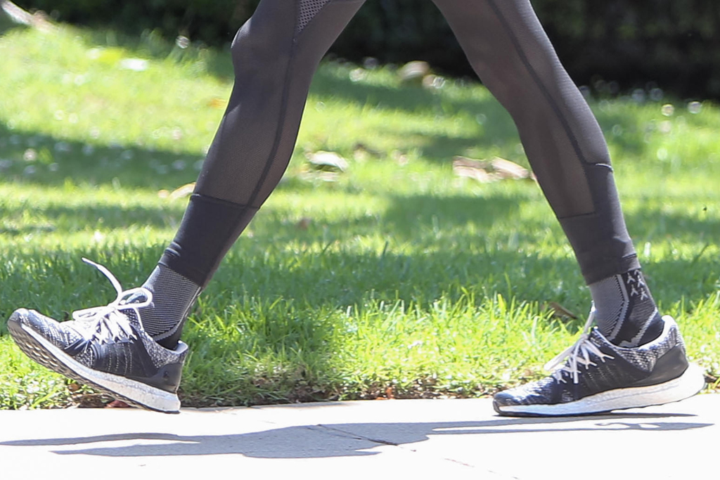 alessandra ambrosio, style, crop top, run, sneakers, leggings, sheer, dog