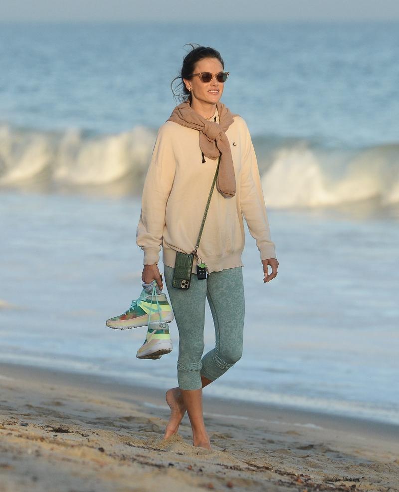 alessandra ambrosio, walk, beach, nike, leggings, sneakers, sweater, los angeles