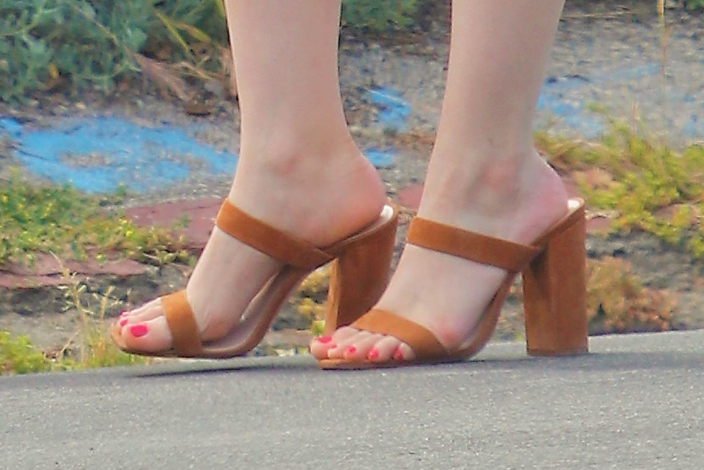 Ariel Winter, square-toe sandals, pedicure, celebrity, shoe style, square toe trend, hot pink nail polish