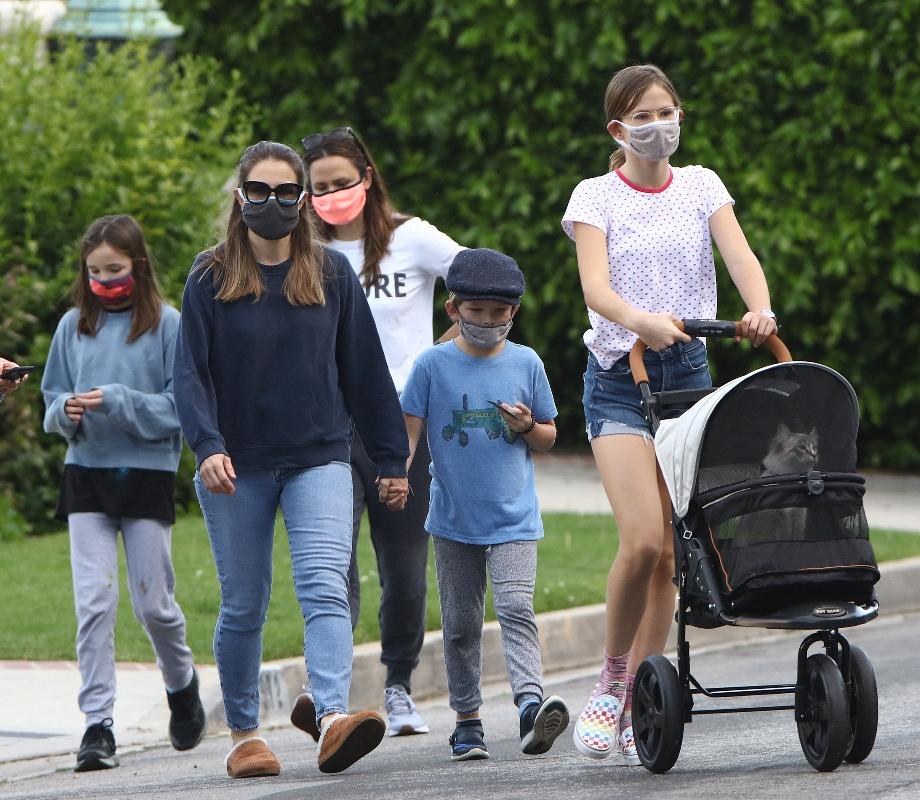jennifer garner, style, pink mask, walk, new balance, kids, sneakers, nature