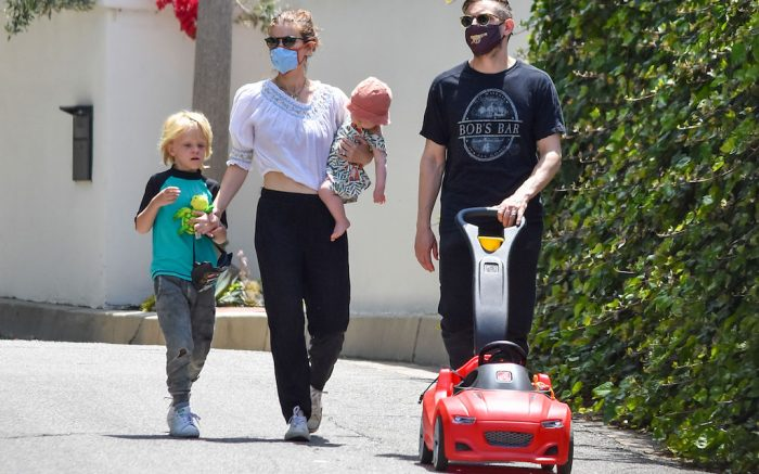 Kate Mara and Jamie Bell are seen walking with the kids in Los Angeles, California. NON-EXCLUSIVE May 23, 2020 200523BG028 Los Angeles, CA www.bauergriffin.com. 23 May 2020 Pictured: Kate Mara,Jamie Bell. Photo credit: BG028/Bauergriffin.com / MEGA TheMegaAgency.com +1 888 505 6342 (Mega Agency TagID: MEGA670785_008.jpg) [Photo via Mega Agency]