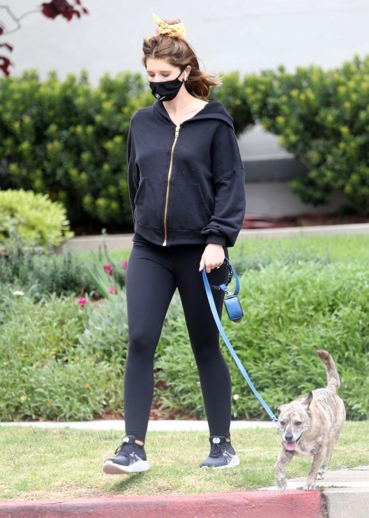 katherine Schwarzenegger, style, shoes, new balance, sweatshirt, leggings, mask, walk, pregnant, new balance