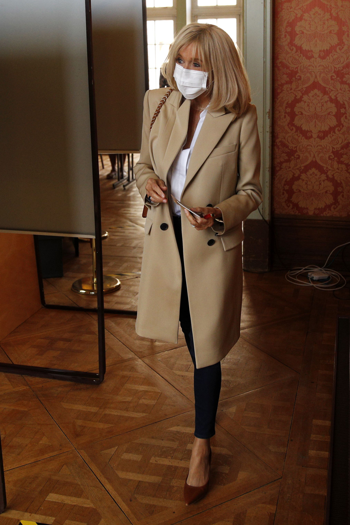 Brigitte Macron , trench coat, skinny jeans, louis vuitton eyeline, brown pumps, le touquet, france, celebrity style, fashion,
