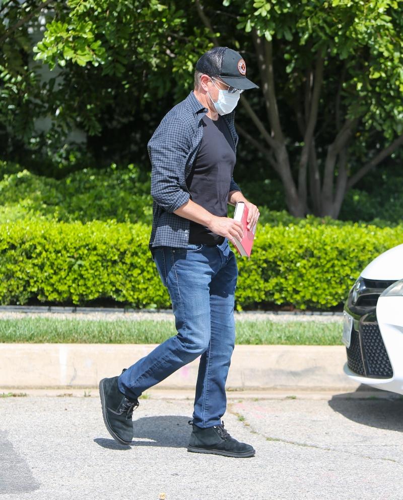 matt damon, style, jeans, shirt, boots, ugg, hat, flannel