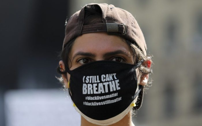 A protester wearing a face mask with slogans is seen on Foley Square of lower Manhattan in New York, the United States, May 29, 2020. New Yorkers continued to protest over the death of George Floyd as hundreds of people took to the street in Manhattan on Friday to express their anger toward police brutality and racism.u.s. New York Protest - 29 May 2020