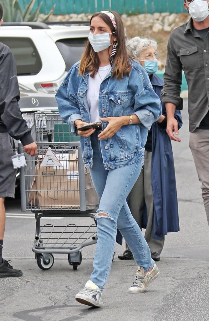 ana de armas, ben affleck, violet affleck, style, shopping, jeans, grocery store
