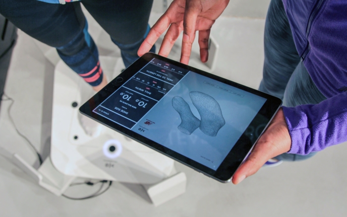 Volumental foot scan data being shown to a customer by a sales associate