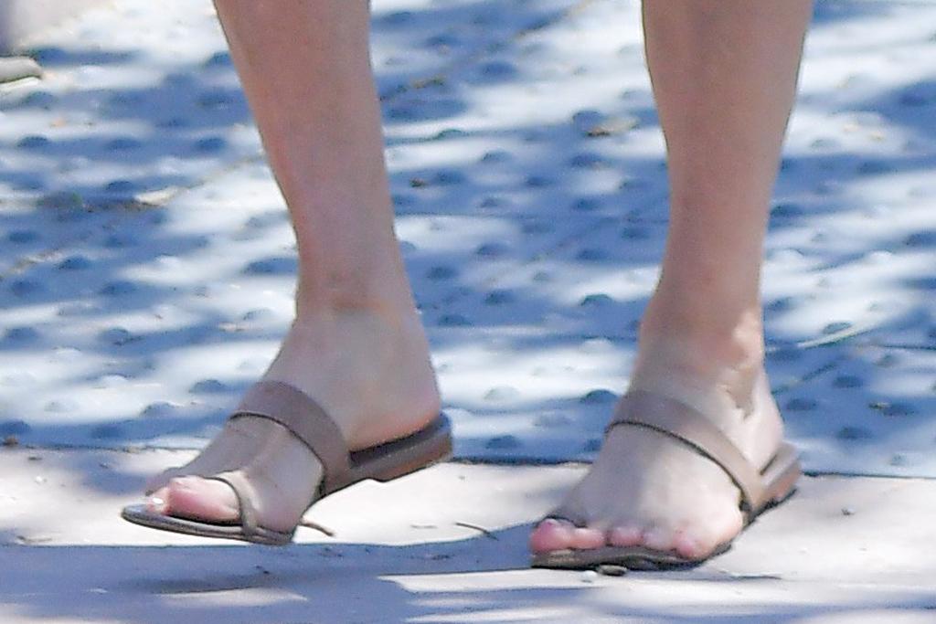 Courteney Cox, big-toe sandals, pedicure, shoe detail, celebrity style, feet, malibu, calif