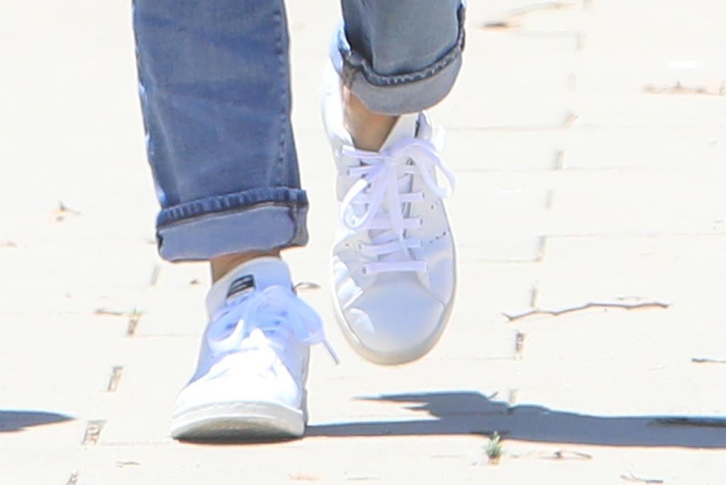 Courteney Cox, adidas stan smith sneakers, street style, white sneakers, malibu, california