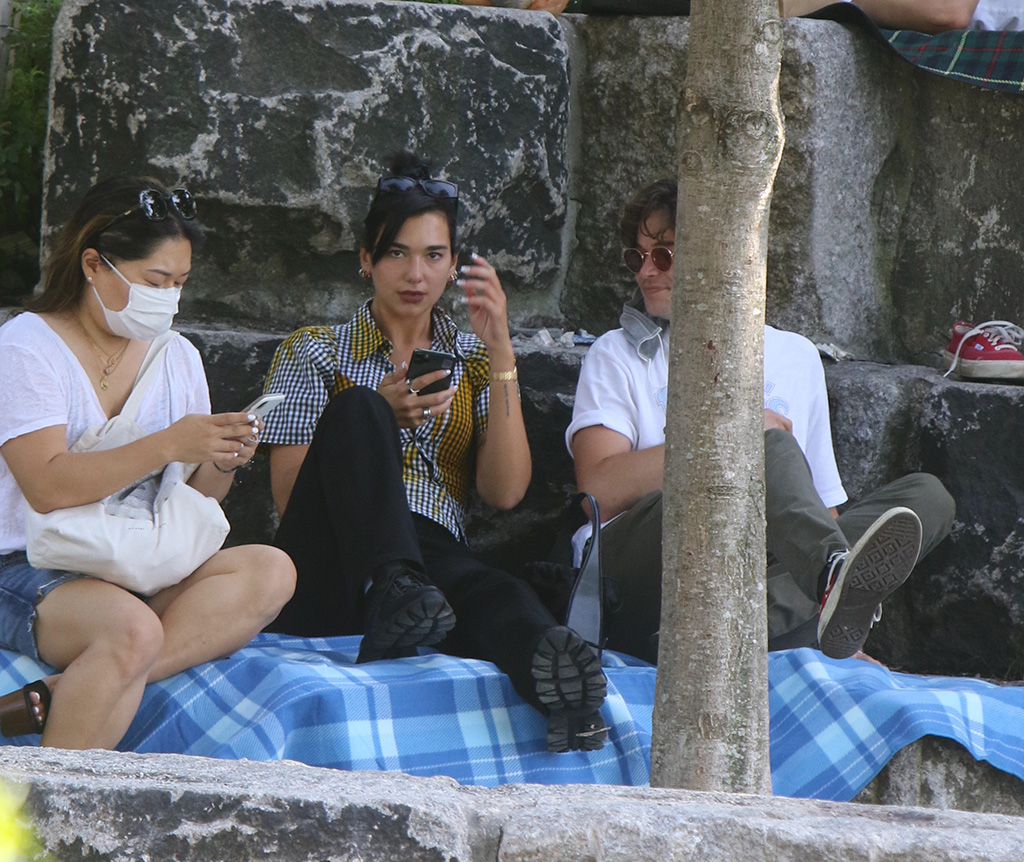 Dua Lipa, ottolinger shirt, prada sneakers, minibag, face mask, sunglasses, gives the middle finger to the paparazzi while hanging out with friend at the Brooklyn Bridge Park in Dumbo, Brooklyn.Pictured: Dua LipaRef: SPL5177730 190720 NON-EXCLUSIVEPicture by: Jose Perez / SplashNews.comSplash News and PicturesUSA: +1 310-525-5808London: +44 (0)20 8126 1009Berlin: +49 175 3764 166photodesk@splashnews.comWorld Rights