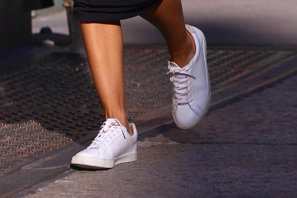 Emily Ratajkowski, veja esplar, sneakes, legs, street style, nyc, shoe detail