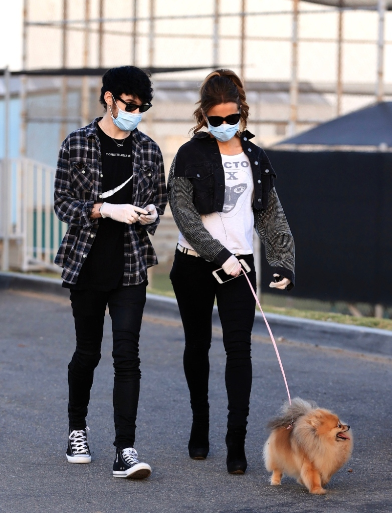 Kate Beckinsale, dog, walk, boots, mask, sunglasses, jacket, jeans