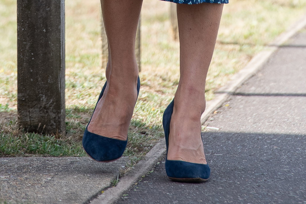Kate Middleton, rupert sanderson pumps, blue heels, street style, feet