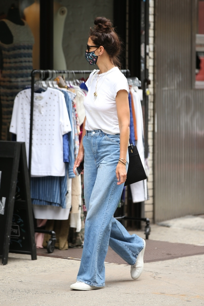 katie holmes, style, sneakers, jeans, t-shirt, mask, new york