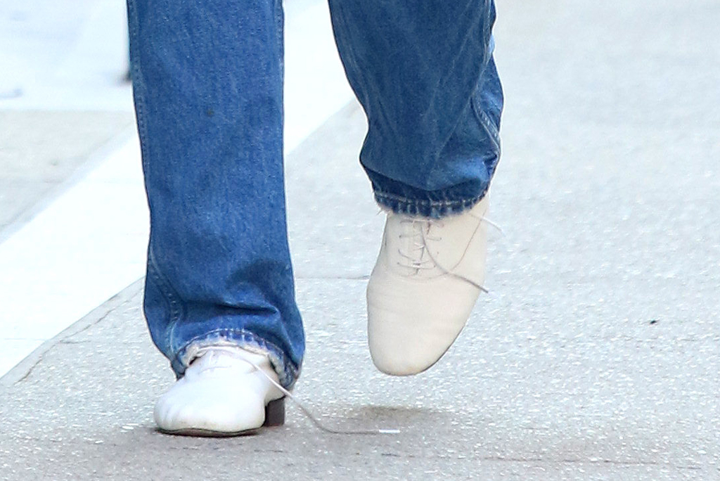 Katie Holmes, white lace-up shoes, street style,