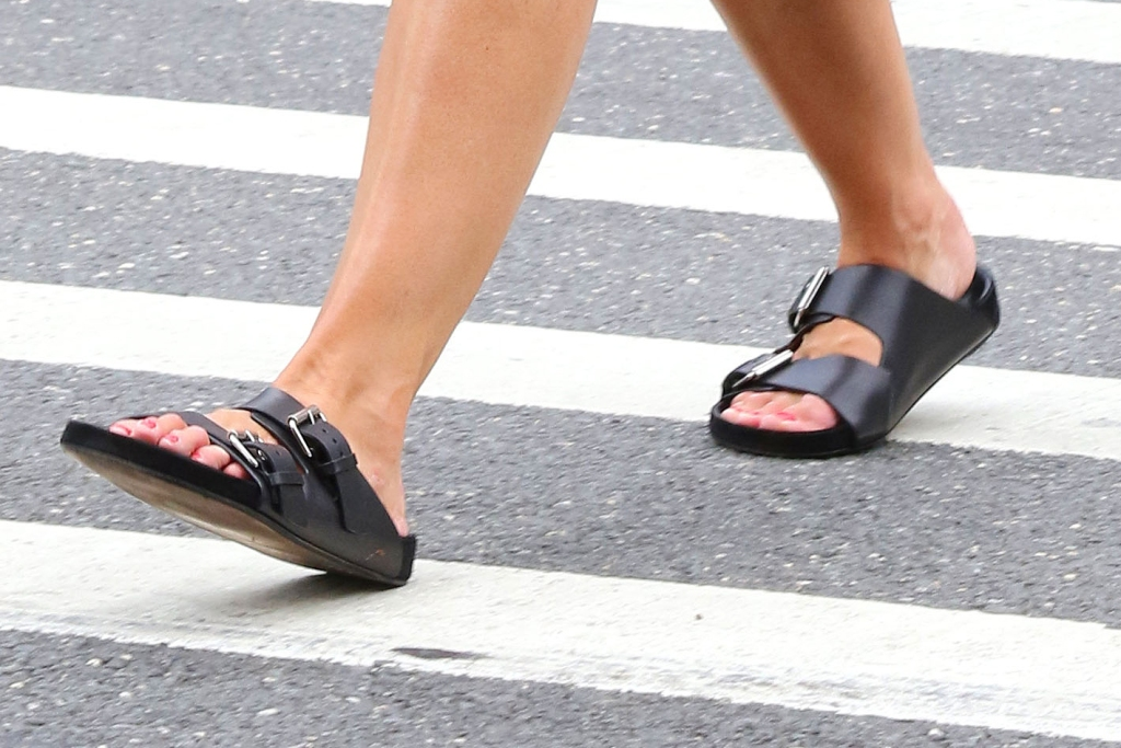 Katie Holmes, ugly sandals, two-strap sandals, pedicure, toes, shoe detail, legs, street style, nyc,
