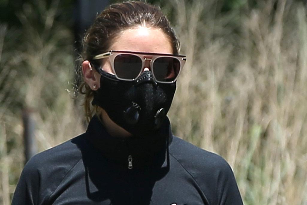 bicicleta pesadilla Tropezón  Olivia Palmero Walks Dog in Mask, Nike Sneakers, Under Armour in NYC –  Footwear News